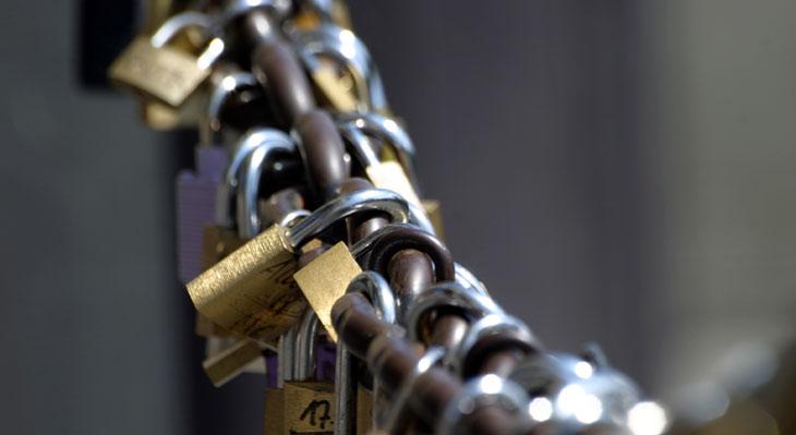 Eine Kette mit Schlössern - symbolisch für Blockchain